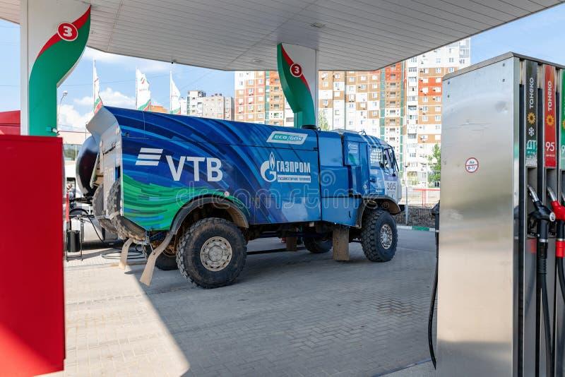Le camion du rassemblement KAMAZ avec les symboles des sponsors est rempli aux postes d'essence de TATNEFT images libres de droits