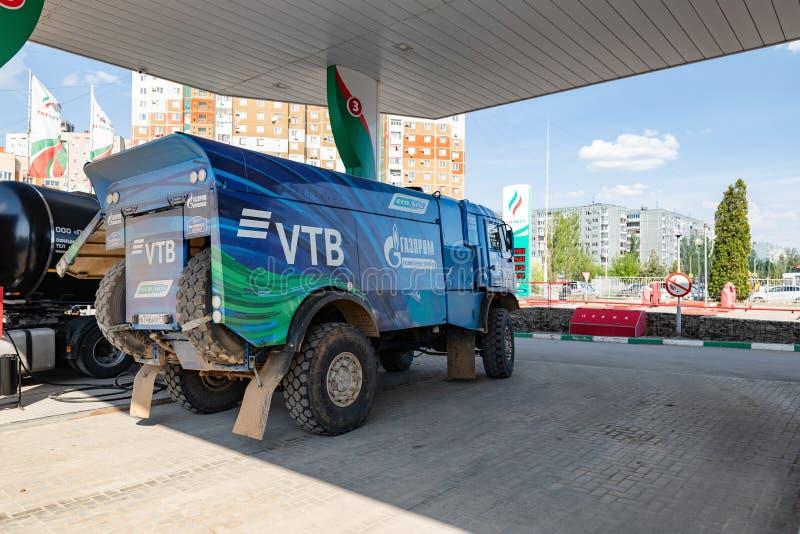 Le camion du rassemblement KAMAZ avec les symboles des sponsors est rempli aux postes d'essence de TATNEFT photo libre de droits