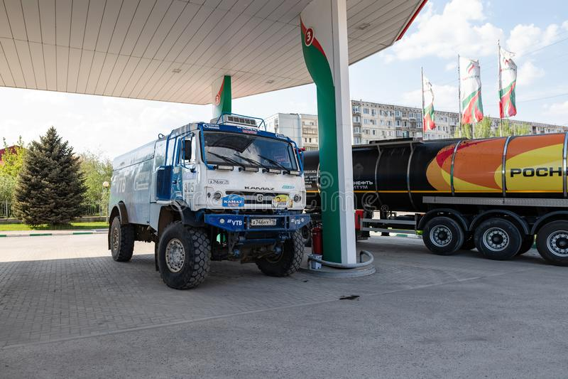 Le camion du rassemblement KAMAZ avec les symboles des sponsors est rempli aux postes d'essence de TATNEFT image stock