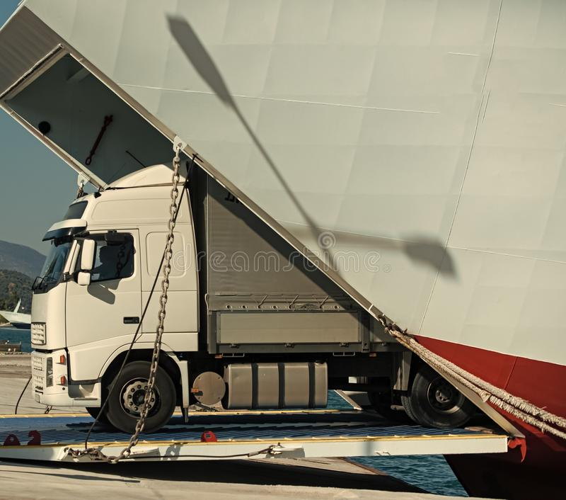 Le Camion monte hors du ferry, ferry-boat le jour ensoleillé Transport intercontinental le fourgon d'argo, camion, kamion transpo images stock
