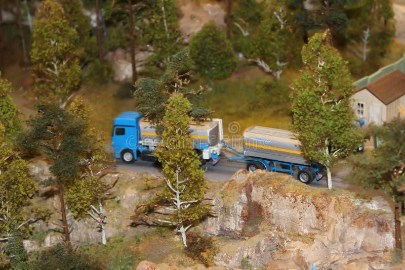 Le camion transporte l'arrêt de cargaison à la station photo libre de droits