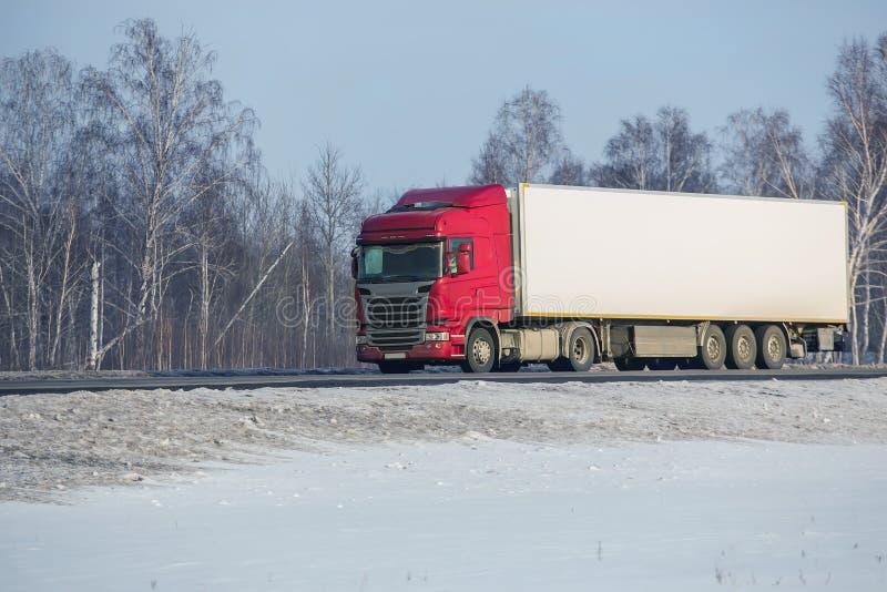 Le camion va sur la route d'hiver photos stock