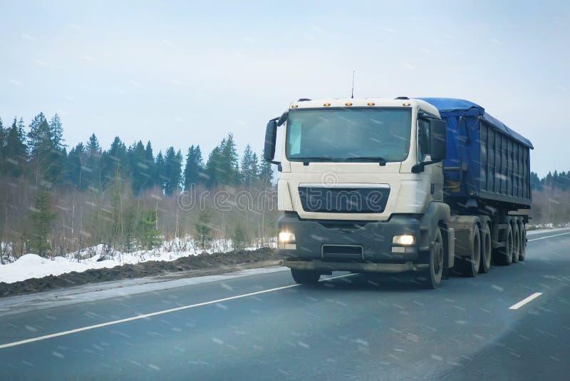 Le camion va sur la route de l'hiver photos stock