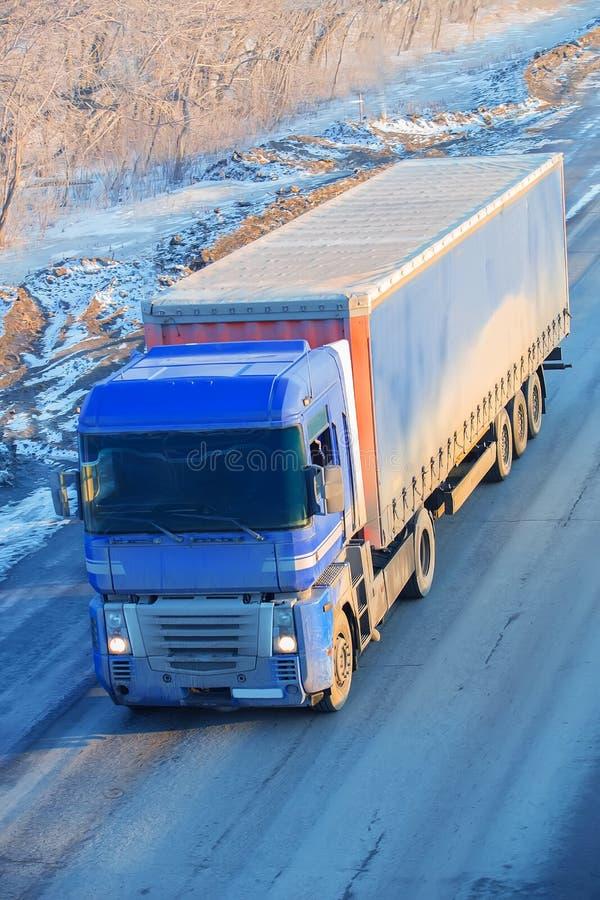 Le camion va sur la route de neige d'hiver photos libres de droits