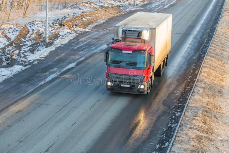 Le camion va sur la route de neige d'hiver images stock