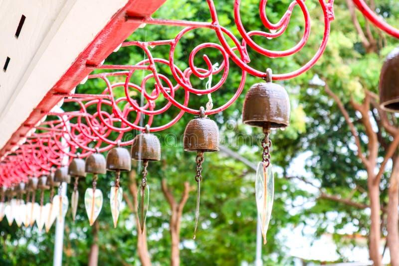 Le campane d'attaccatura su progettazione del cavo e su goccia di acqua rosse di pioggia cadono immagine stock libera da diritti