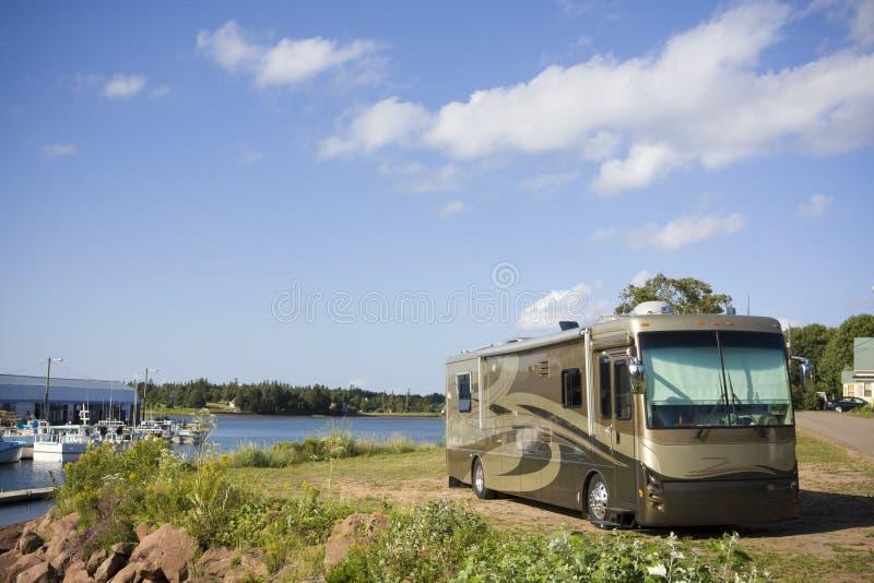 Le camping-car a stationné au port photographie stock