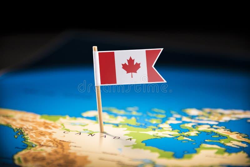 Le Canada a identifié par un drapeau sur la carte images stock
