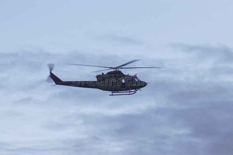 Le Canadien force l'hélicoptère - 9 mai 2017 - les militaires canadiens envoyés pour aider Montréal, Québec après les inondations image stock