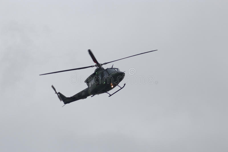 Le Canadien force l'hélicoptère - 9 mai 2017 - les militaires canadiens envoyés pour aider Montréal, Québec après les inondations photo libre de droits