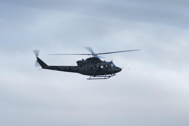 Le Canadien force l'hélicoptère - 9 mai 2017 - les militaires canadiens envoyés pour aider Montréal, Québec après les inondations photographie stock libre de droits