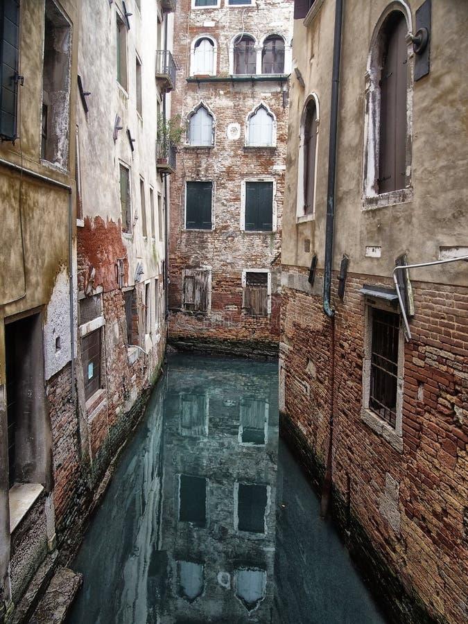 Le canal étroit tranquille à Venise a entouré par les bâtiments antiques pittoresques reflétés dans l'eau photo stock