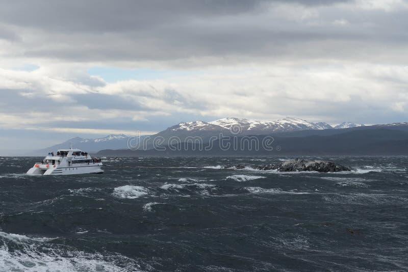 Le canal de briquet séparant l'île principale de l'archipel de Tierra del Fuego et mentant aux sud de l'île photographie stock libre de droits