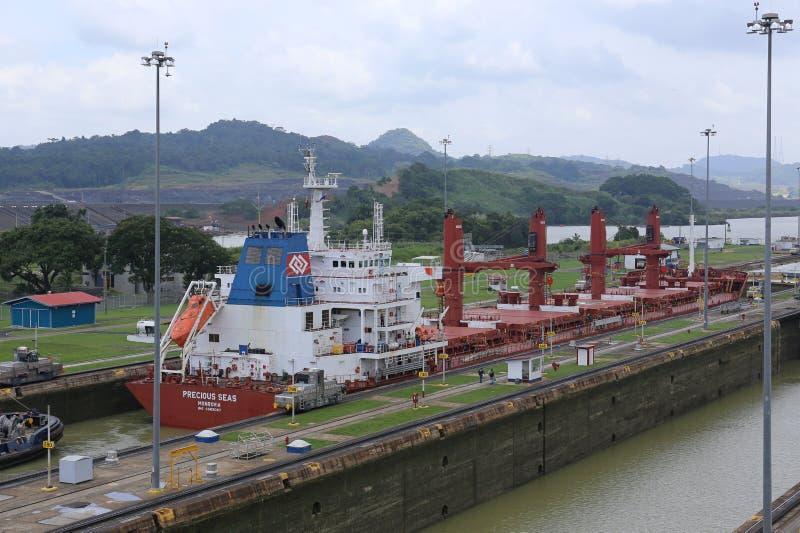 Le canal de Panama est une voie d'eau au Panama qui relie l'Océan Atlantique à l'océan pacifique images libres de droits