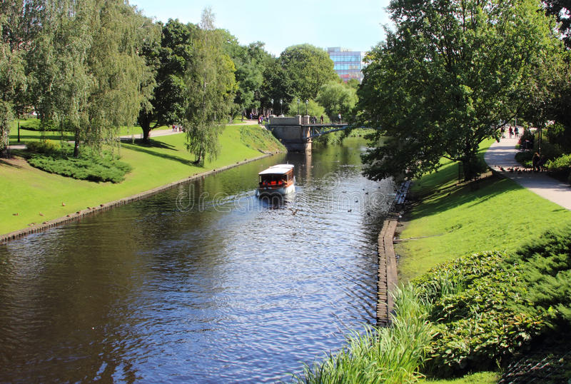 Le canal de ville à Riga images libres de droits