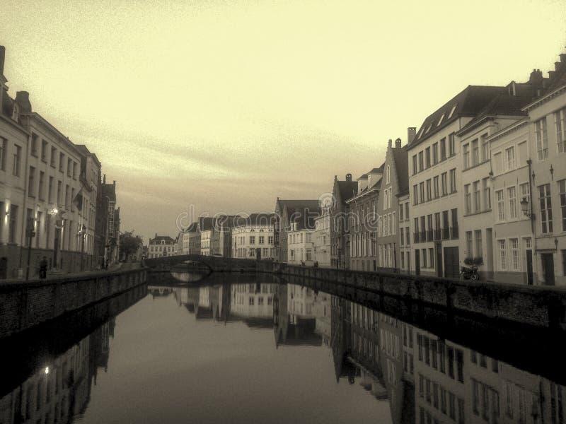 Le canal et les maisons de la vieille partie de Bruges image libre de droits