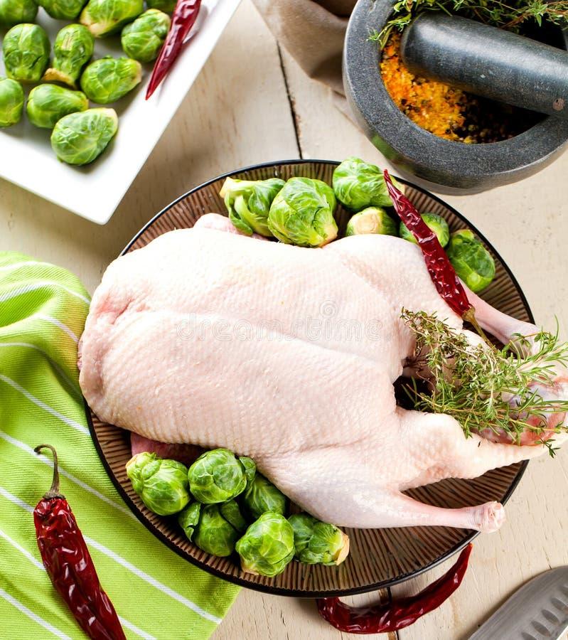 Le canard cru de Noël a servi sur une table de cuisine image libre de droits