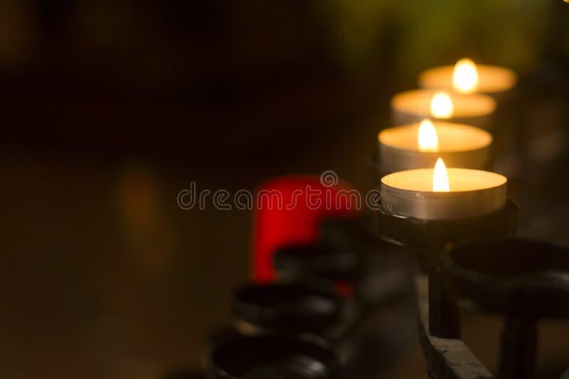 Le candele allineano in chiesa a Perth Australia piacevole immagine stock