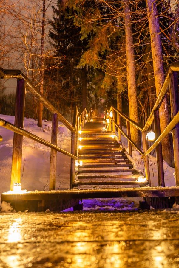 Le candele brucianti hanno disposto sulla scala di legno, memoria eterna per caduto - 02 02 evento 2019 & x22; Raunas Staburags,  fotografia stock libera da diritti