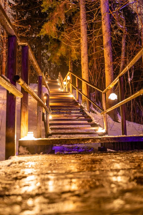 Le candele brucianti hanno disposto sulla scala di legno, memoria eterna per caduto - 02 02 evento 2019 & x22; Raunas Staburags,  fotografia stock