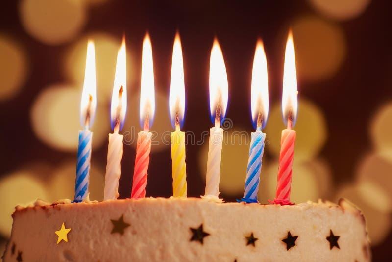 Le candele di compleanno si chiudono sul fondo del bokeh fotografia stock libera da diritti