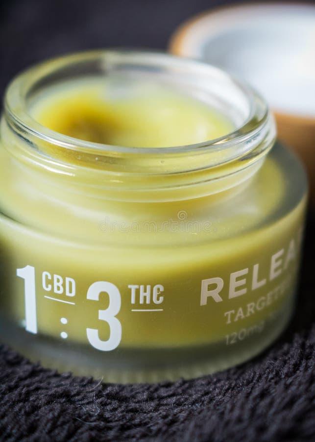Le cannabis a infusé la crème de main pour le soulagement de la douleur avec CBD : Le rapport de dose de THC a marqué photo stock
