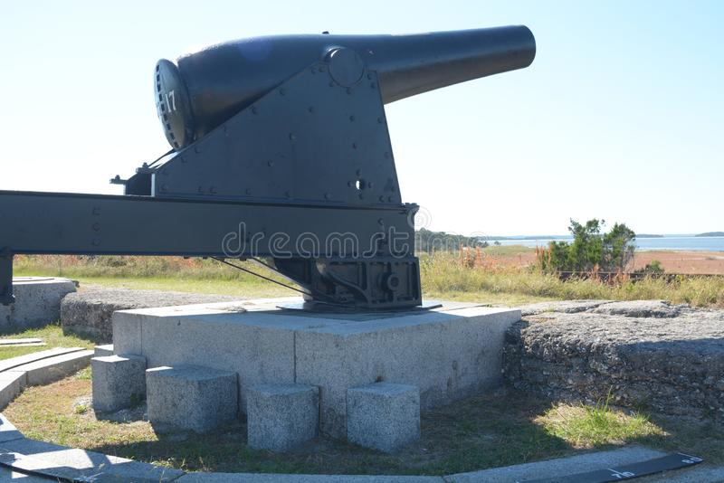 Le canon au repli de fort a créé un impressionnant recherchent des bateaux entrant dans l'admission photo stock