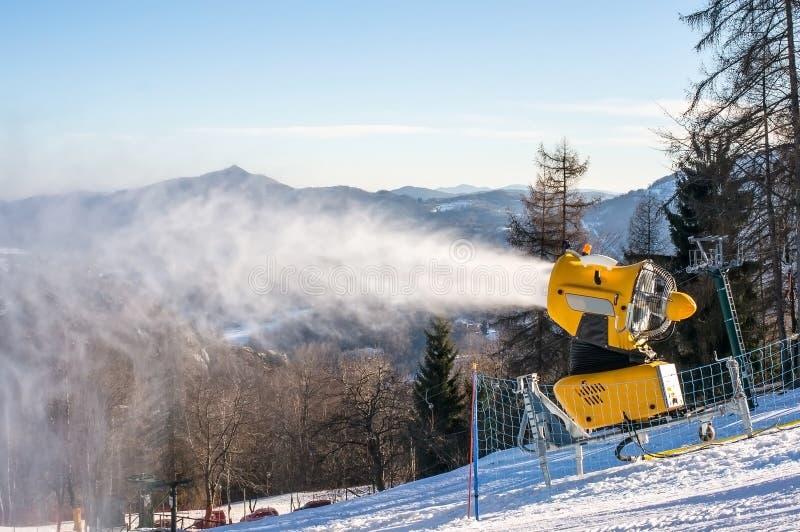 Le canon de neige produit la neige artificielle images stock