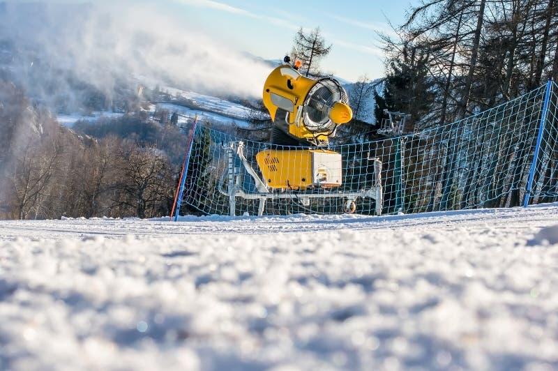 Le canon de neige produit la neige artificielle photo stock