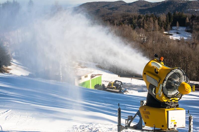 Le canon de neige produit la neige artificielle photos stock