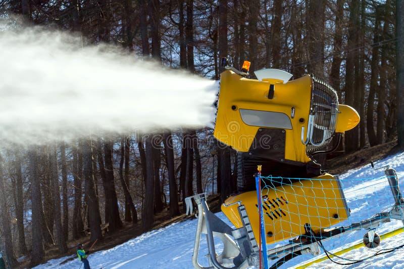 Le canon de neige produit la neige artificielle photographie stock libre de droits