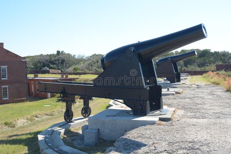 Le canon de repli de fort était grand et dans l'approvisionnement abondant autour du mur défensif externe images libres de droits