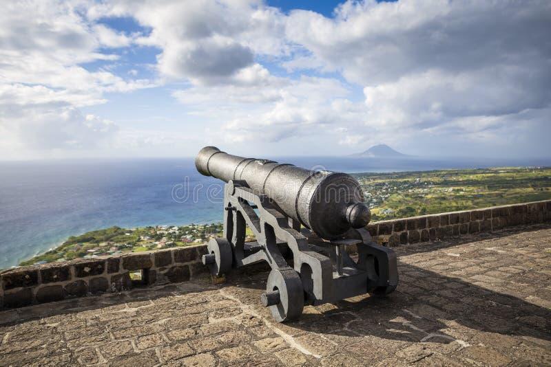 Le canon fait face à la mer des Caraïbes à la forteresse de colline de soufre image stock