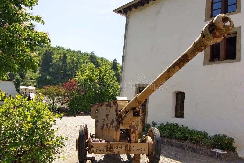 Le canon utilisé dans l'Ardens lutte dans la deuxième guerre mondiale photographie stock