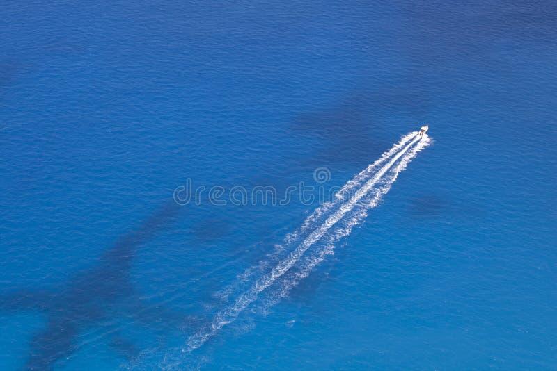 Le canot automobile flotte en mer photographie stock libre de droits