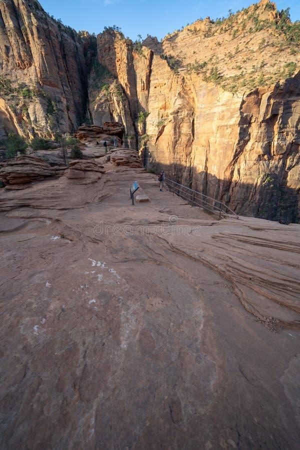 Le canyon donnent sur la traînée - extrémité de la traînée un jour de début de la matinée en parc photographie stock