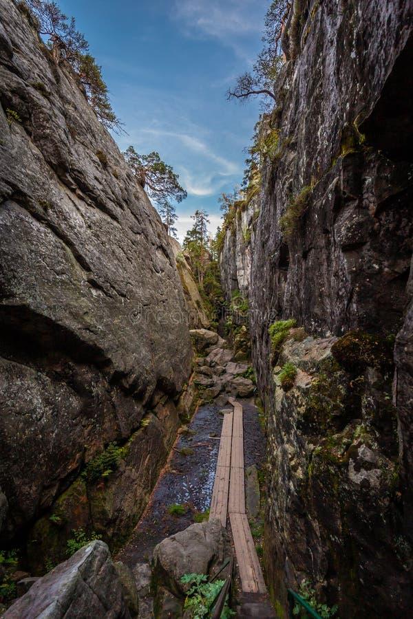 Le canyon en pierre étroit a appelé Peklo sur le dessus des montagnes de Tableau photo libre de droits