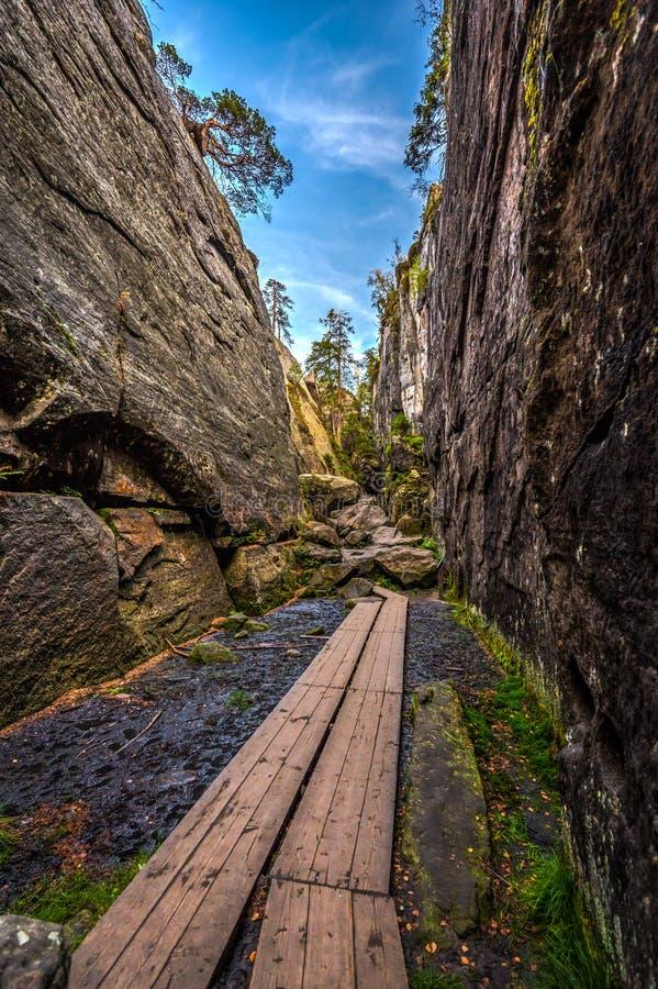 Le canyon en pierre étroit a appelé Peklo sur le dessus des montagnes de Tableau, Szczeliniec Wielki en montagnes de Stolowe de p photographie stock