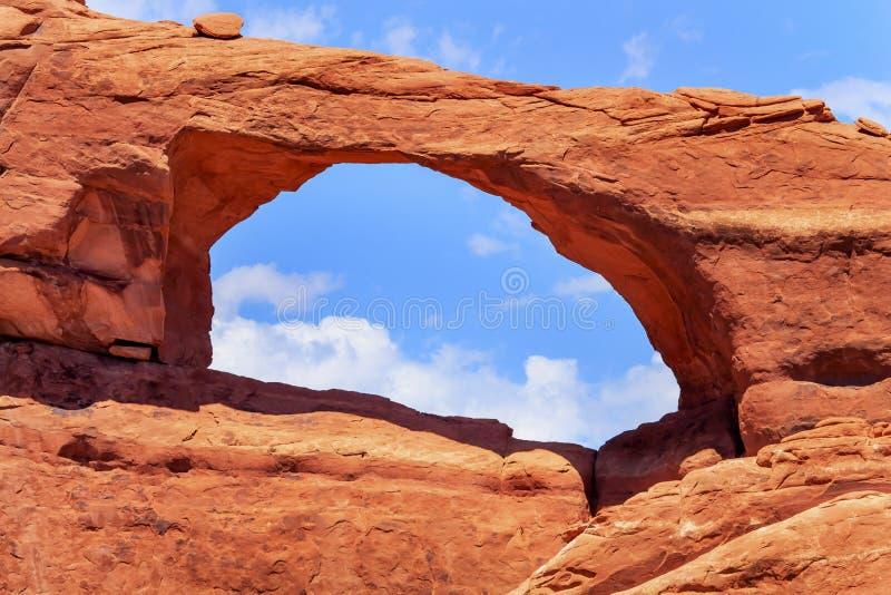 Le canyon rouge-brun de voûte d'horizon arque le parc national Moab Utah images libres de droits