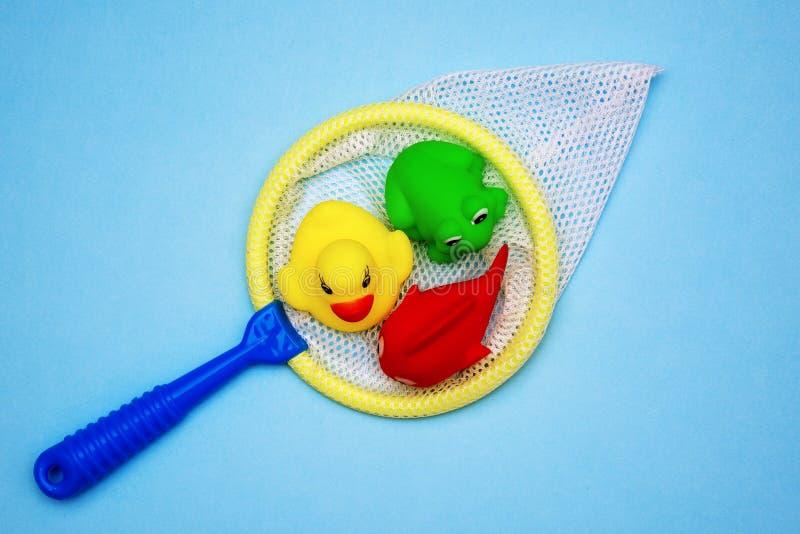 Le caoutchouc baignant des jouets sont attrapés dans une morsure photographie stock libre de droits
