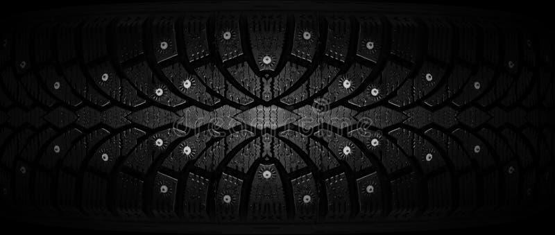 Le caoutchouc d'hiver avec des transitoires sur un plan rapproché noir de fond image libre de droits