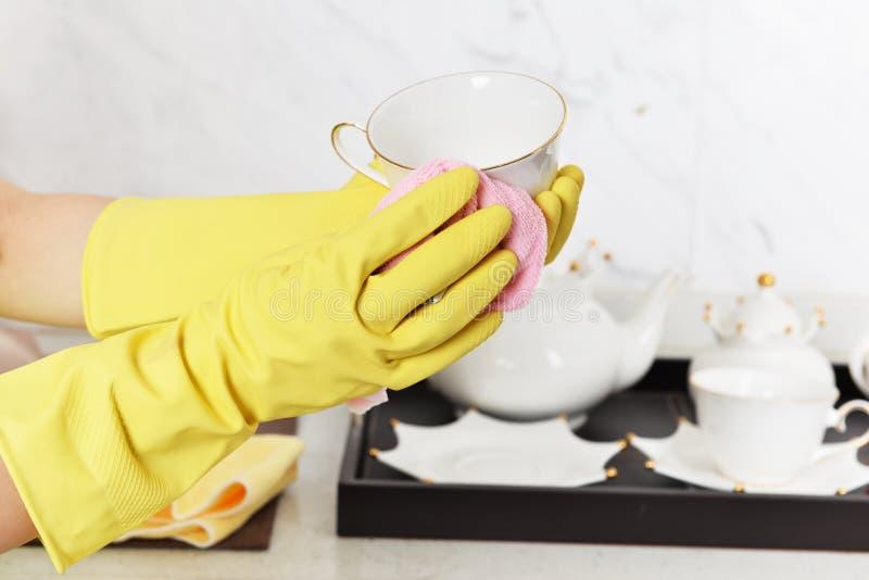 Le caoutchouc de nettoyage de ménage ktchen le gant en caoutchouc de vaisselle photographie stock