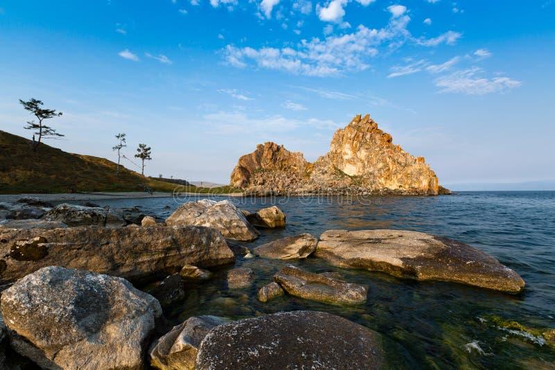 Le cap Burhan et le chaman basculent sur l'île d'Olkhon sur le lac Baïkal photos libres de droits