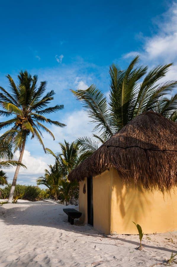 Le capanne delle cabine sulla sabbia bianca tirano nel Messico Tulum immagini stock libere da diritti