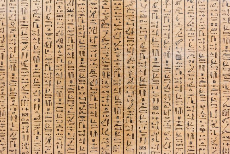 Le caractère de l'hiéroglyphe égyptien sur la pierre photos libres de droits