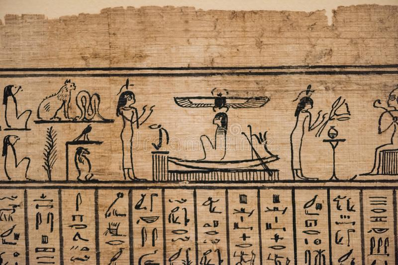 Le caractère de l'hiéroglyphe égyptien sur le papyrus images stock