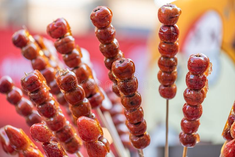 Le caramel dur de chinois traditionnel a enduit des brochettes de fruit photographie stock