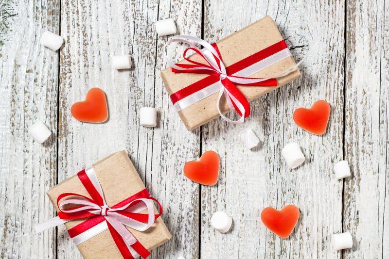 Le caramelle gommosa e molle dei cuori della caramella del giorno di biglietti di S. Valentino e la scatola di regali nel mestier fotografie stock libere da diritti