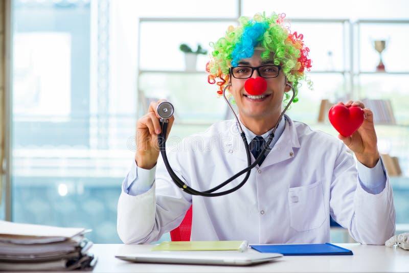 Le cardiologue d'enfant avec le stéthoscope et le coeur rouge photographie stock libre de droits
