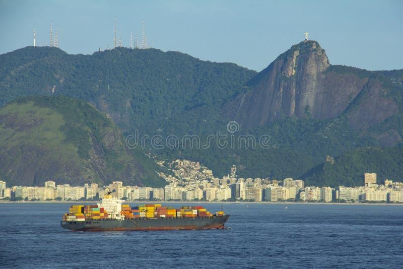 Le cargo arrivant en Rio de Janeiro avec la statue du Christ le rédempteur, les montagnes, les collines et le Copacabana échouent photo libre de droits